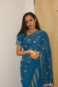 Indian babe jasmine in traditional saree showing off