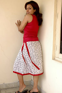 Sexy Pakistani girl nida self shooting in secret room